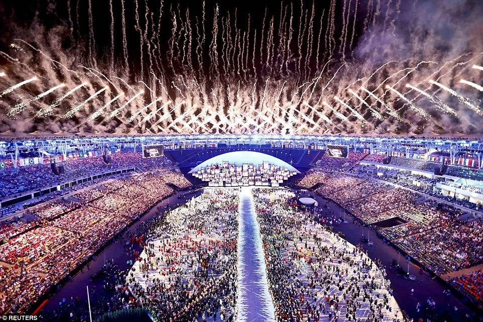 Fogos de artifício explodem no ápice da cerimônia de abertura na sexta-feira à noite - oficialmente dando início dos Jogos