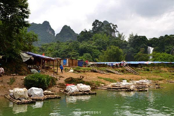 가는 도중 베트남 상인의 뗏목을 타고 하나 둘 다가왔다. 이 곳은 베트남에 속하는 부두