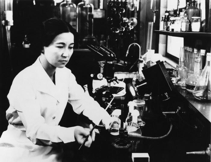 <p>La bioquímica y bacterióloga Ruby Hirose investiga en el laboratorio en la década de los cuarenta.</p>
