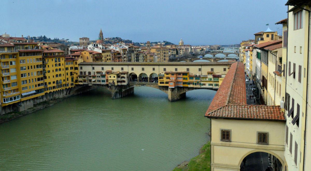 Ponte Vecchio: A Ponte Medieval cheia de lojas em Florença, Itália 03