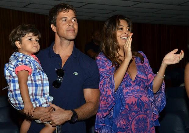 Juliana Paes, o marido, Eduardo Baptista, e o filho, Pedro (Foto: Ag.News)
