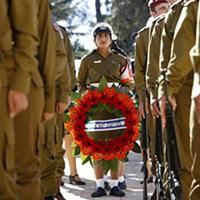 Soldados no cemitério do Monte Herzl, em Jerusalém, onde Shimon Peres será sepultado.
