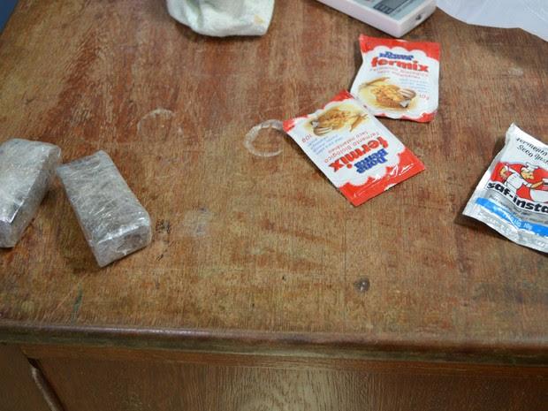 Durante a revista os agentes penintenciários encontraram 200 gramas de maconha e fermento em pó para a fabricação de cachaça dentro da cadeia, (Foto: Magda Oliveira/G1)