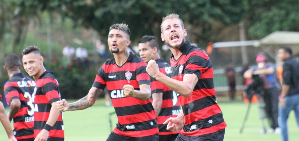 Kieza e Uillian Correia comemoram o primeiro gol do Vitória contra o Atlético-MG (Foto: Maurícia da Matta/Divulgação/EC Vitória)