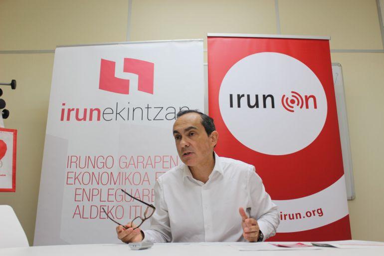 El Delegado de Impulso Económico, Miguel Ángel Páez, presentando en rueda de prensa las ayudas a las pymes