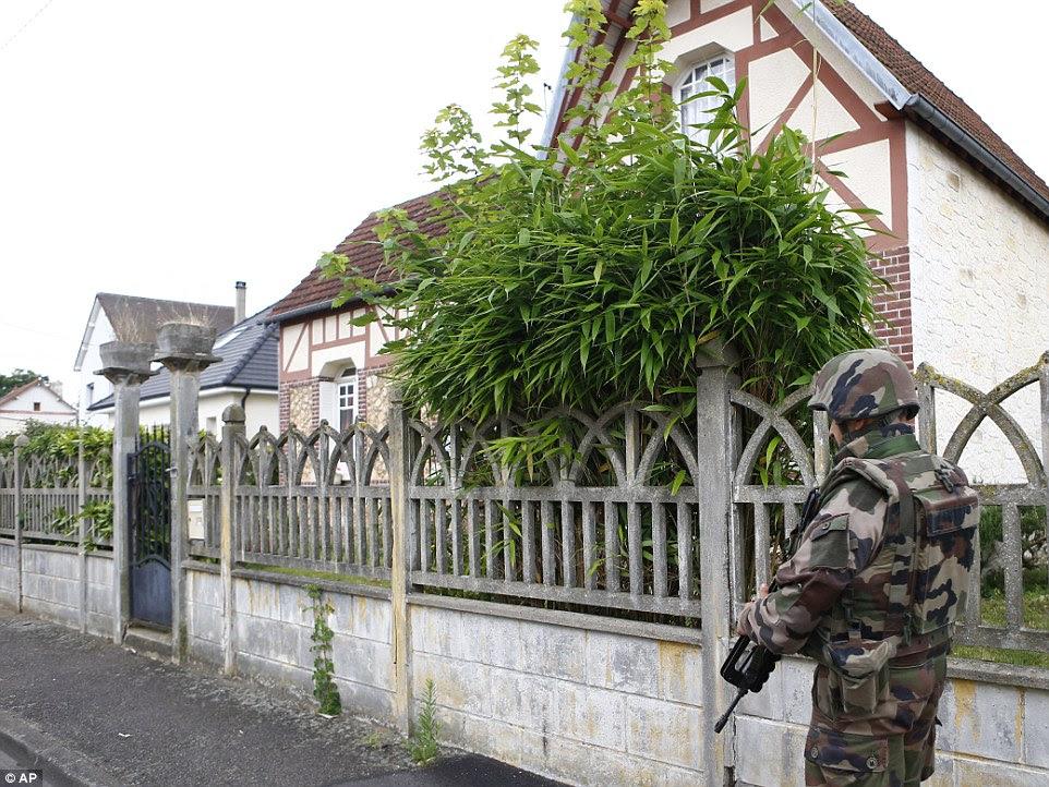Um soldado francês monta guarda enquanto ele impede que o acesso ao local do ataque em Saint-Etienne-du-Rouvray, Normandia, França