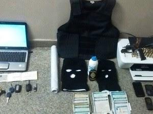 Documentos falsificados estão entre os itens apreendidos (Foto: Divulgação/PM)