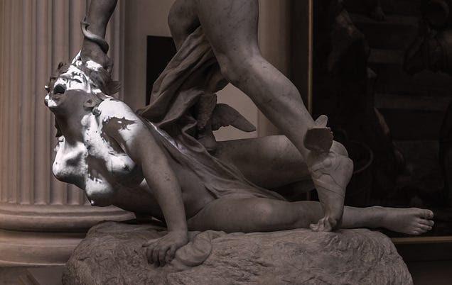 Un simple proyector puede animar estatuas con resultados espeluznantes