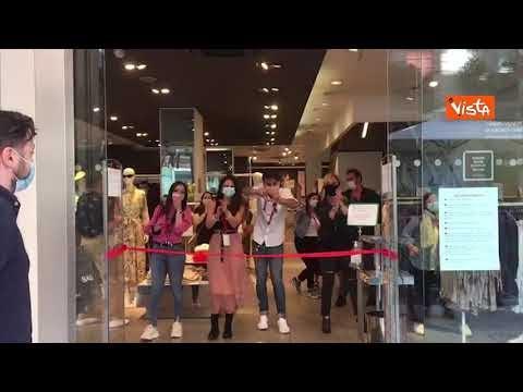 La gioia dei dipendenti di H&M in via Sparano a Bari, a 5 minuti dalla riapertura dello store