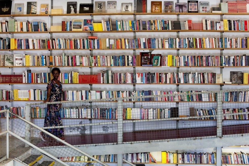 Interior de la librería Ler Devagar, considerada una de las más bellas del mundo, ubicada en el moderno complejo comercial y cultural LxFactory, ubicado en la antigua zona industrial de Lisboa.