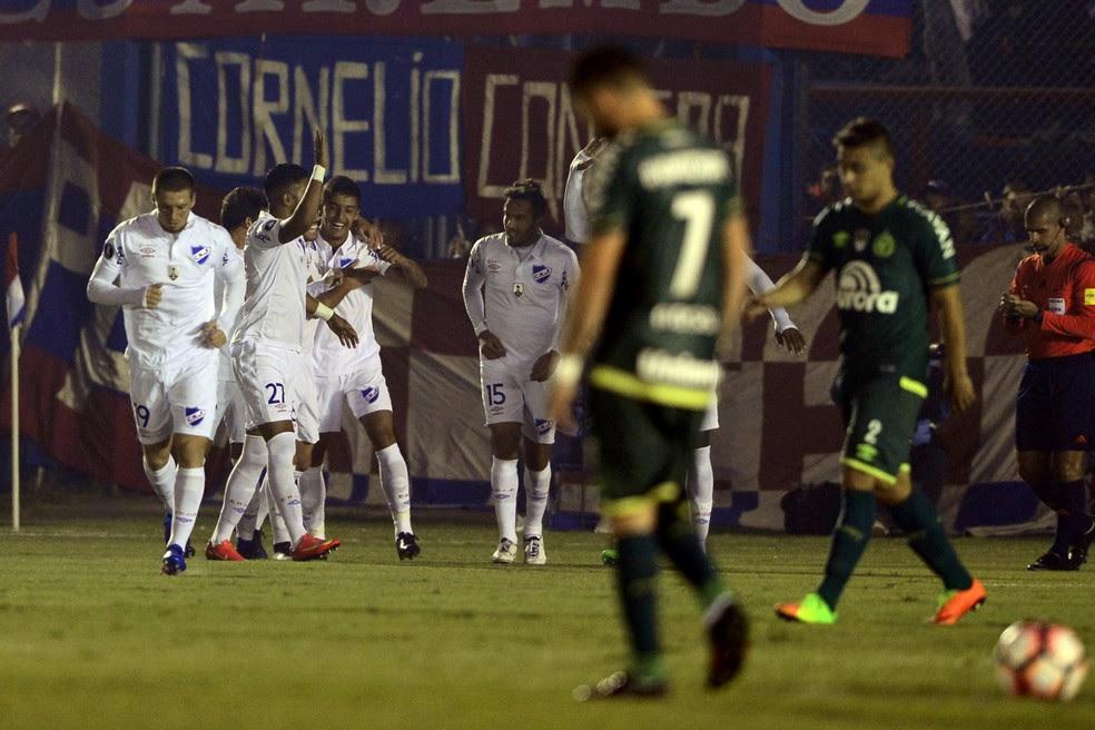 Jogadores do Nacional comemoram um dos gols na vitória por 3 a 0 contra a Chapecoense (Foto: AFP)