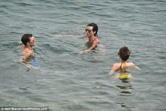 empresa Três é!  O trio apareceu para pegar extremamente bem como ter gostado da sua merecida pausa em conjunto
