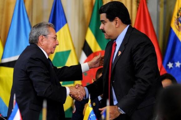 El General de Ejército Raúl Castro Ruz (I), Presidente de los Consejos de Estado y de Ministros de Cuba, y Nicolás Maduro Moros (D), Presidente de la República Bolivariana de Venezuela, durante la Cumbre Extraordinaria de la Alternativa Bolivariana para los Pueblos de Nuestra América, convocada en solidaridad con el hermano pueblo suramericano, en el Palacio de Miraflores, en Caracas, el 17 de marzo de 2015.  AIN   FOTO/Omara GARCÍA MEDEROS