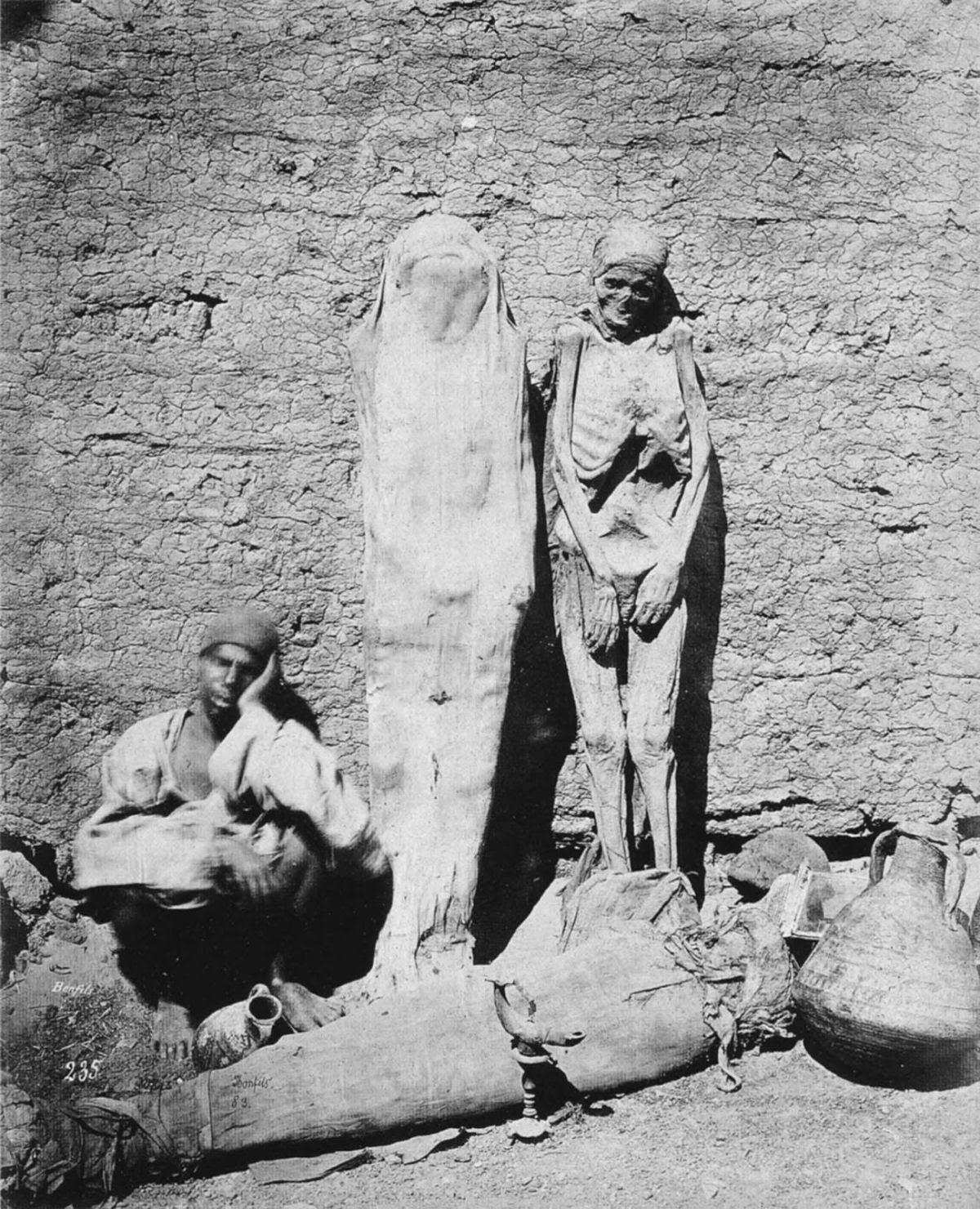 Mercador ambulante vendendo múmias no Egito, em 1865