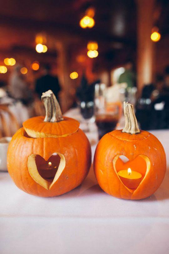 geschnitzten Kürbis Kerze Laternen sind genial für eine Herbst-Hochzeit