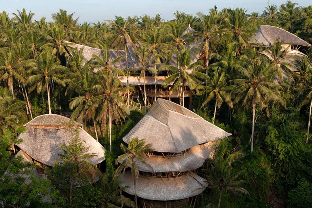 Deixou uma carreira bem sucedida para construir casas sustentáveis de bambú em Bali 04