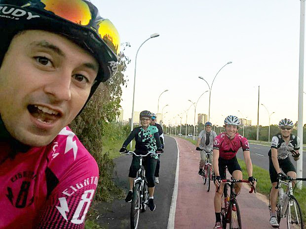 Ciclistas encontraram a presidente Dilma Rousseff durante pedalada em Porto Alegre  (Foto: Eduardo Macedo/Arquivo pessoal)