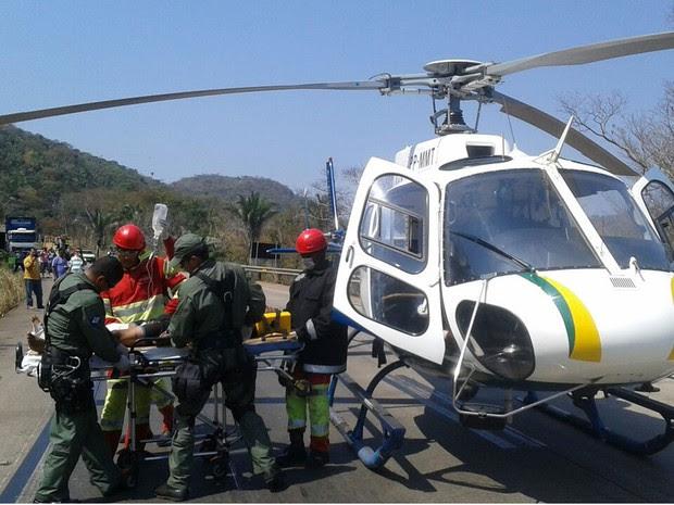 Motorista de carreta que pegou fogo chegou a ficar preso às ferragens e foi socorrido por helicóptero (Foto: Ciopaer/Divulgação)