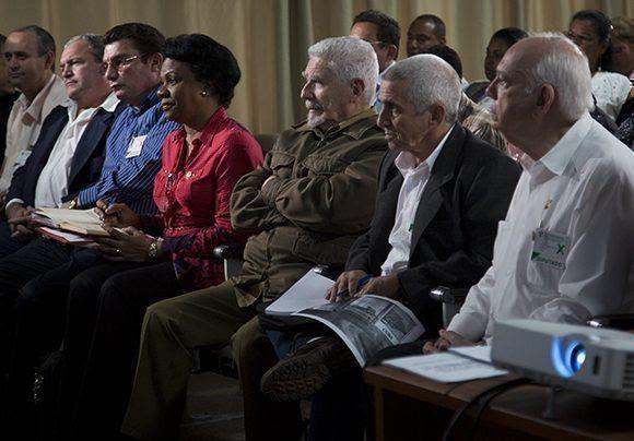 El comandante Ramiro Valdés participó en la Comisión de Industri, Construcción y Energía. Foto: Irene Pérez/ Cubadebate.