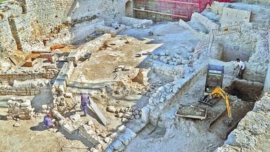 Las excavaciones en el patio de armas, además de proyectiles y fichas, han dejado al descubierto muchas placas de hierrro con remache, al parecer de puertas.  diariodeburgos.es
