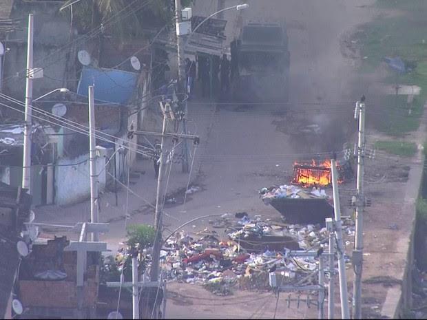Imagem aérea mostra barricada em chamas na Cidade de Deus (Foto: Reprodução/TV Globo)