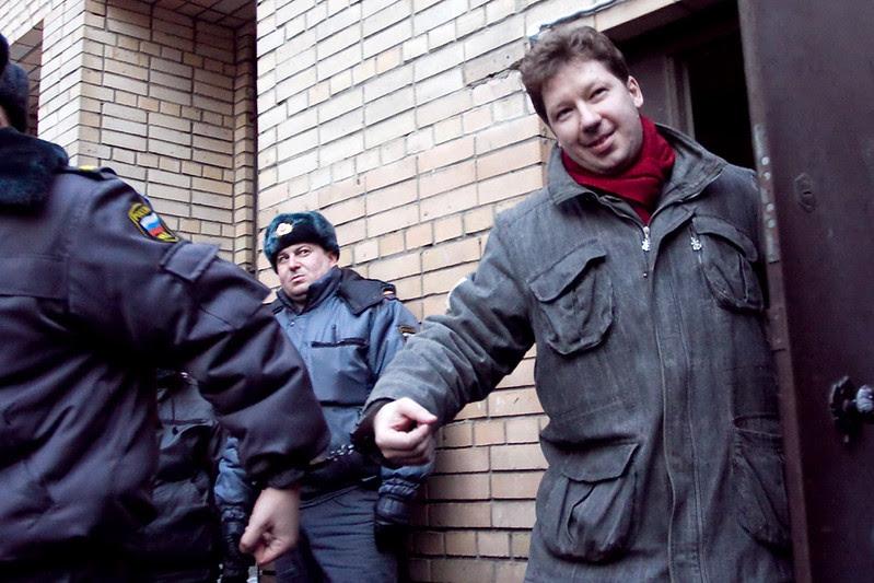 Алексея Козлова выводят из здания Пресненского суда в Москве