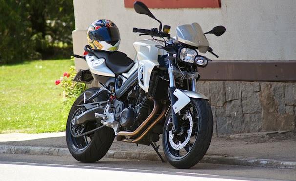 A BMW F 800 R é considerada uma triatleta de tirar o fôlego. Ser medalha de ouro nos 200 m com barreiras seria subestimá-la. Saiba mais
