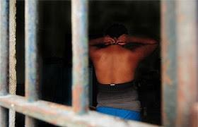 Série mostra vida de violência e humilhação dos travestis atrás das grades (veja mais imagens)