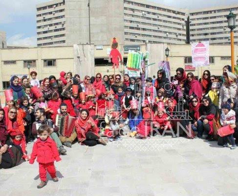 Adultes et enfants lors de la fête de Hadji Firouz