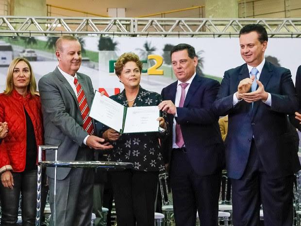 A presidente Dilma Rousseff durante evento em goiânia ao lado do governador do estado, Marconi Perillo, do ministro das Cidades, Gilberto Kassab, e do prefeito de Goiânia, Paulo Garcia (Foto: Roberto Stuckert Filho/PR)