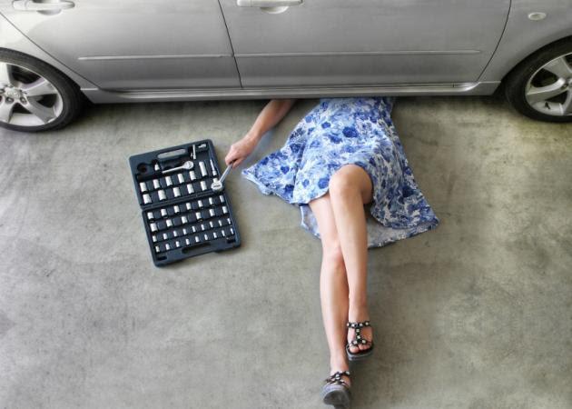 Αποτέλεσμα εικόνας για λαδια αυτοκινητου σεξυ γυναικα \