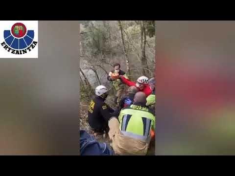 Un helicóptero de la Ertzaintza rescata a una mujer lesionada en un tobillo en la zona de El Regato