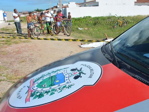 Homicídio foi registrado pela polícia no Jacaré, em Cabedelo, no início da manhã deste sábado (Foto: Walter Paparazzo/G1)