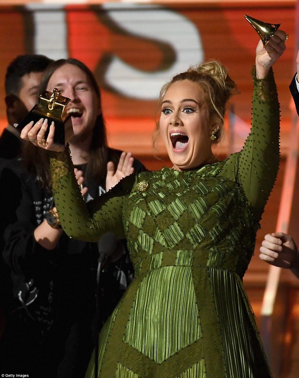 Gosto doce: Adele quebrou o troféu de Álbum do ano pela metade para que ela pudesse compartilhá-lo com Beyonce no 59 º Annual Grammy Awards na noite de domingo