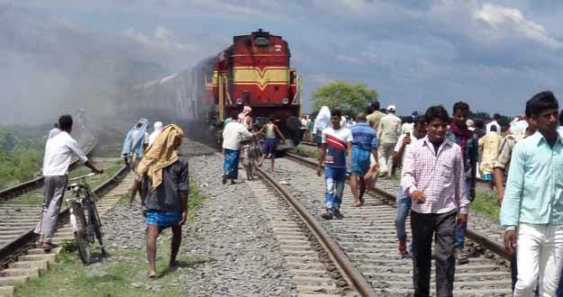 Un tren ha arrollado a una treintena de peregrinos que caminaban por las vías en el noreste de India.
