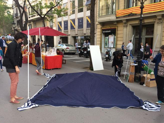Montaje de una parada en la Rambla de Catalunya