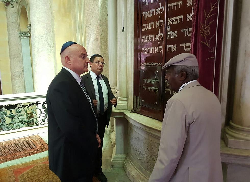 השגריר גוברין בבית הכנסת על שם אליהו הנביא באלכסנדריה ()