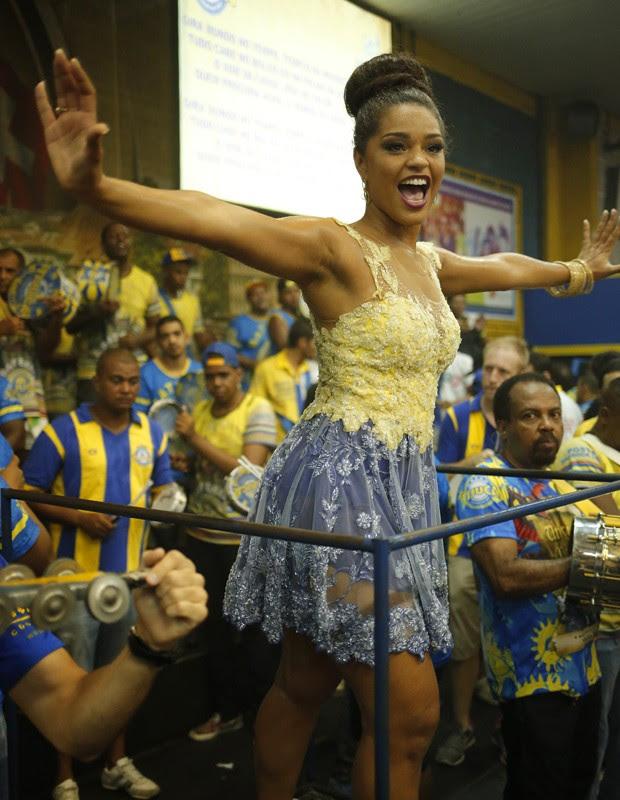 Rainha de bateria minimiza polêmicas e defende rainhas de bateria com samba no pé (Foto: Paula Eduardo/Gshow)