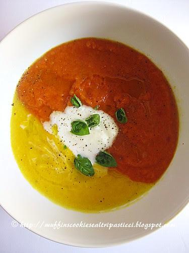 Zuppa tiepida bicolore di pomodori e peperoni