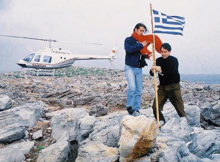Τούρκοι δημοσιογράφοι υποστέλλουν την ελληνική σημαία και υψώνουν την τουρκική.