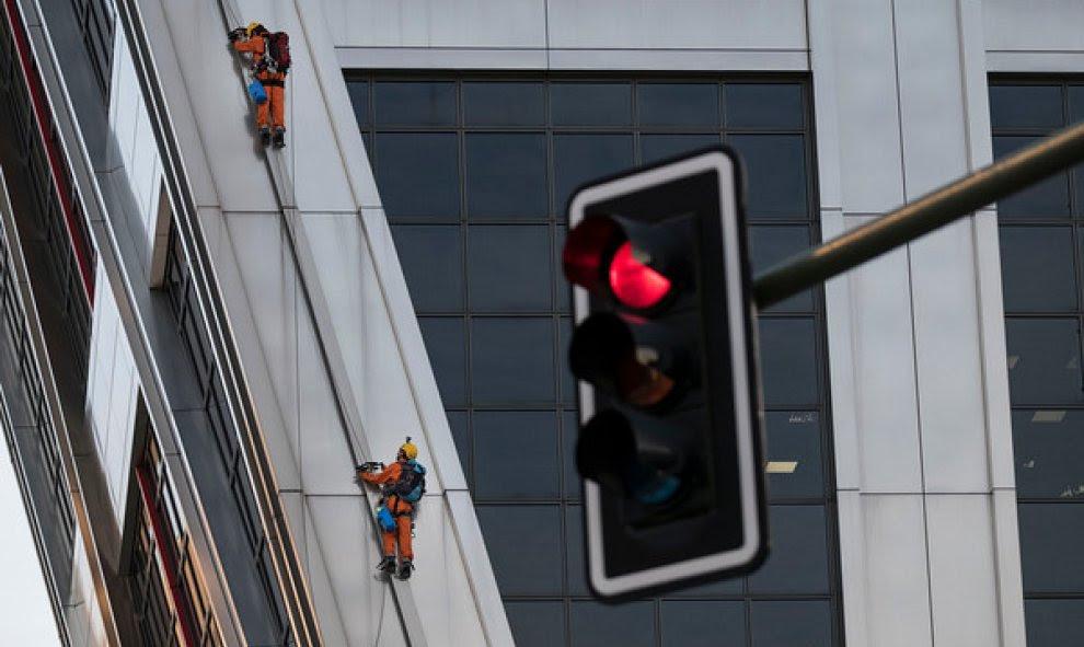 Dos de los activistas de Greenpeace que han escalado las Torres KIO en protesta contra el TTIP. GREENPEACE.