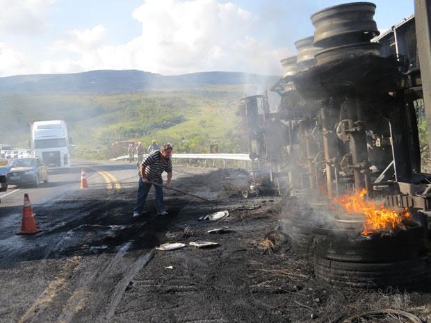 Carreta pega fogo após tombar na MG-050, em Passos (Foto: Hélder Almeida)