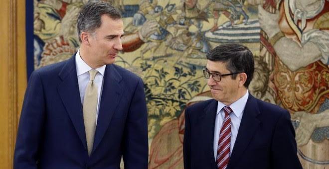 El rey Felipe VI junto al presidente del Congreso de los Diputados, Patxi López, en la Zarzuela. / EFE