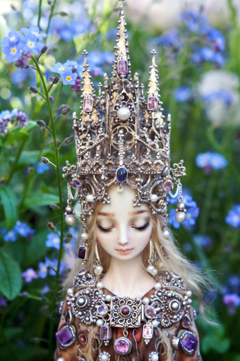 Elegantes bonecas lacrimejantes transmitem a complexidade das emoções humanas 04