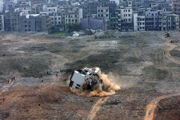 Foto de 2008 mostra demolição de casa que ficava no meio de canteiro de obras em Guangzhou, na província de Guangdong (Foto: Reuters)