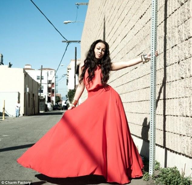 Floaty: Rebecca estende seu lindo vestido vermelho, ela pára de balançar em um poste no caminho para o oceano