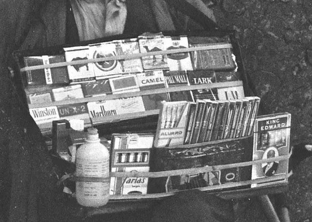 Vendedor de tabaco en Zocodover en 1967. Fotografía de John Fyfe