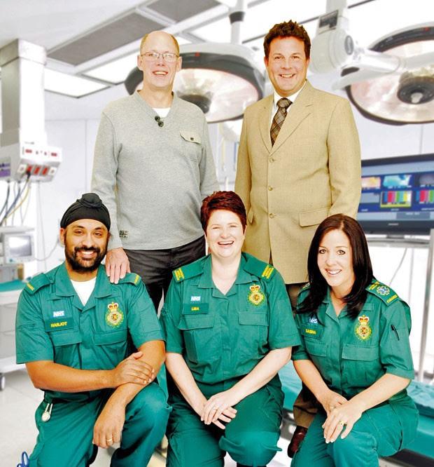 O britânico John Thomsom (o primeiro em pé, da esquerda para a direita) com a equipe que trabalhou em seu resgate (Foto: Divulgação/Northampton General Hospital )