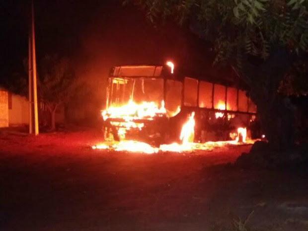 Ônibus incendiado em Touros (Foto: Reprodução/Facebook)
