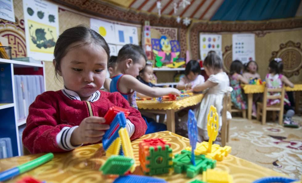 Una niña dentro de uno de los 'ger' que sirve como guardería en Nalaikh (Mongolia).